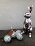 Ich, der Hase in silber mit Eiern und Federn  1