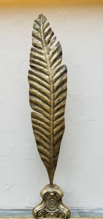 Goldene Feder auf barockem Sockel